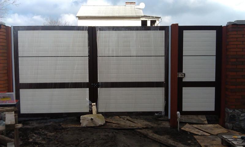 Ворота въездные распашные алюминиевые из сэндвич-панелей ALV, фото, вид со двора.