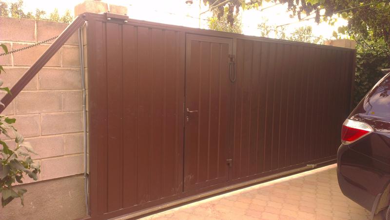 Алюминиевые откатные ворота с встроенной калиткой ALV