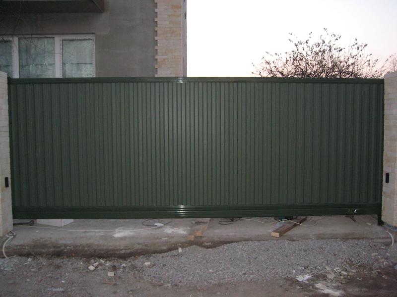 Ворота въездные откатные ALV (фото),каркас алюминиевый, облицовка из профнастила.