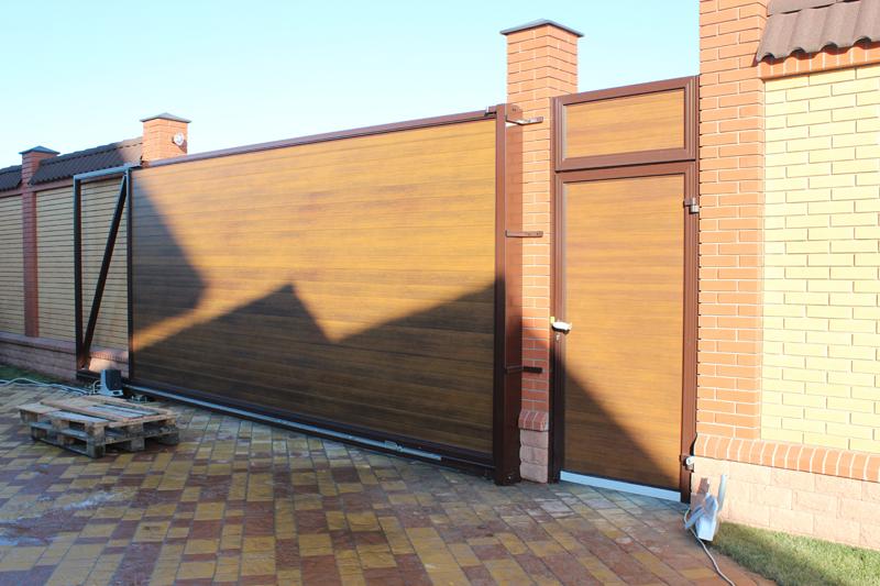 """На фото - алюминиевые ворота откатные ALV с облицовкой из алюминиевого профиля """"золотой дуб"""""""